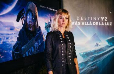 La actriz Maggie Civantos interpretará a «La Desconocida» en Destiny 2: Más allá de la luz